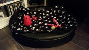 En ny fin säng fylld med de nya leksakerna.
